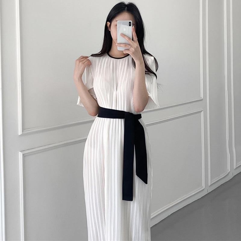 Váy màu trắng xếp li trang nhã, cổ tròn tay ngắn, dây cột nơ nhấn eo tôn dáng đầm dài, kiểu Hàn Quốc - INTL